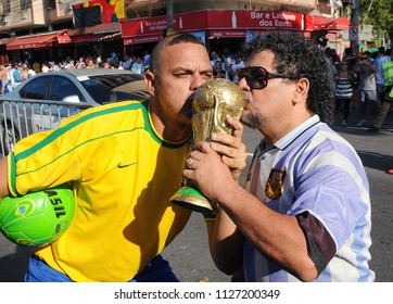 Rio de Janeiro, June 15, 2014. Sozias of the players Maradona and Ronaldo play before the game Argentina vs Bosnia for the 2014 World Cup, in the stadium of the Maracanã, in the city of Rio de Janeiro
