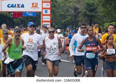RIO DE JANEIRO - NOV 11: unidentified group of runners during  the race at event Corrida Eu Atleta 10K Rio at November 11, 2012 Rio de Janeiro, Brazil