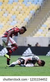 Rio de Janeiro, November 15, 2018. Football players Vitinho do Flamengo and Gustavo Henrique do Santos discuss during the match during the Flamengo vs. Santos match for the Brazilian championship at t