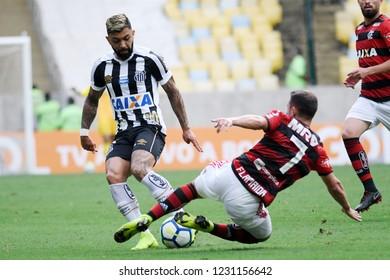 Rio de Janeiro, November 15, 2018. Football player Everton Ribeiro do Flamengo and Gabriel do Santos, during the Flamengo vs. Santos match for the Brazilian championship at the Maracanã stadium.