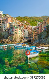 Riomaggiore is the first city of the Cique Terre sequence of hill cities, it has a small dock that provides a good perspective of the shape imposed by the hills around the city.