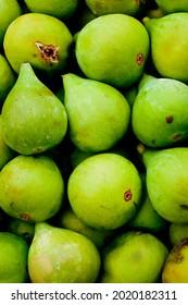 Des figues mûres disposées pour la vente dans un marché populaire, délicieux naturel et prêt à l'alimentation