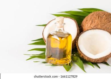 Noix de coco mûr à moitié découpée sur fond bois.Noix de coco mûr à moitié découpée sur fond bois. Crème de coco et huile.