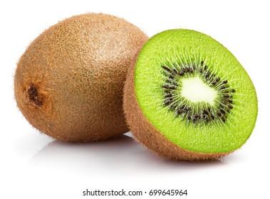 Reife ganze Kiwi-Früchte und halbe Kiwi-Früchte einzeln auf weißem Hintergrund