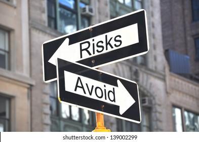 Gefahren-Vermeidungs-Schilder auf der Straße