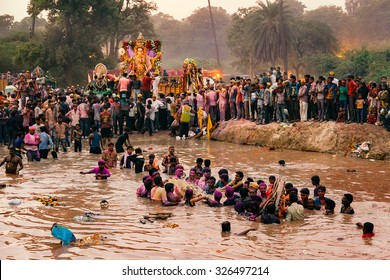 Ritual of Hindu God Idol Ganesh Immersion (Ganpati Visharjan) at The Ganges River, 27 Sep 2015, kanpur, INDIA