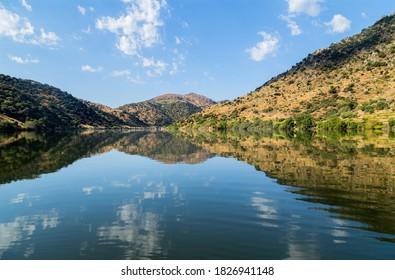 Le fleuve Douro coule dans le nord du Portugal. Région de Douro.