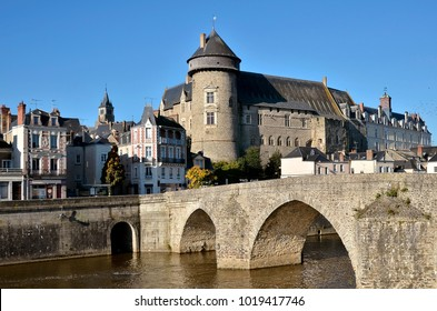 The river Mayenne with the castle and the old bridge (Pont-Vieux in french), at Laval, commune in the Mayenne department in north-western France