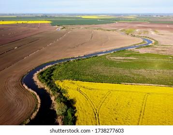 Flussläufe, die im Frühjahr zwischen Feldern fließen, Zulawy Wislane, Polen