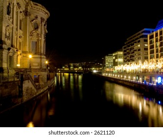 The river Spree at night shot over christmas, Unter den Linden