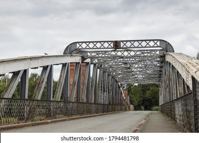 Des rives et de la rouille sur le pont tournant en acier Moore Lane vu le long du Manchester Ship Canal à Cheshire.