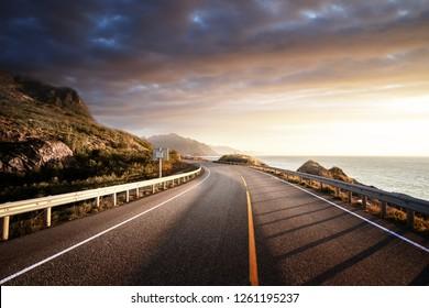 Straße am Meer in Sonnenaufgang, Insel Lofoten, Norwegen
