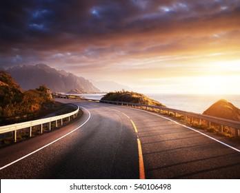 route au bord de la mer au lever du soleil, île de Lofoten, Norvège