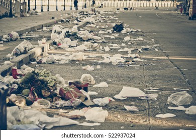Road and footpath full of garbage / Dirty street