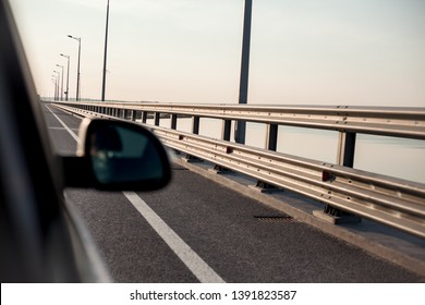 the road and the mirrow of the car