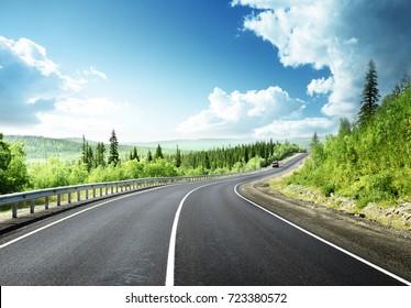 route dans la forêt de montagne nord