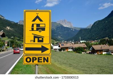 Verkehrsschild mit der Richtung zum Campingplatz