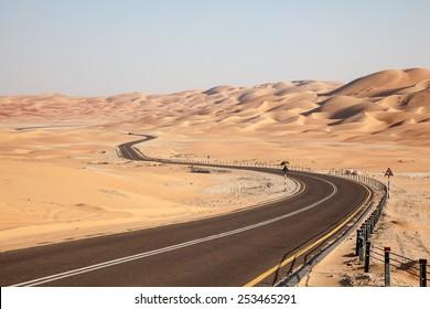 Camino por el desierto hasta la duna Moreeb en el Oasis de Liwa, Emirato de Abu Dhabi, Emiratos Árabes Unidos