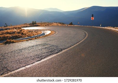 Straße abbiegen mit Bergsicht