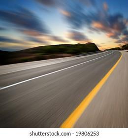 Straße unter Sonnenuntergang