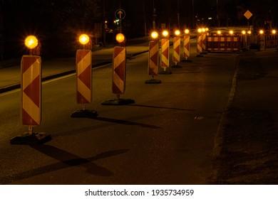 Straßenbau mit Warnleuchten in der Nacht