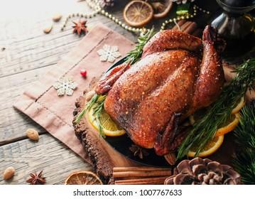 Huhn oder Truthühner als Weihnachtsabinner und Neujahr mit Glühwein und Weihnachtsdekorationen, Platz für Text, selektiver Fokus