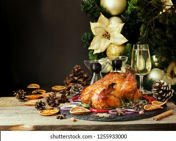 Braten-Huhn oder Truthahn zu Weihnachten und Neujahr Thanksgiving-Tag mit Glühwein und Weihnachtsdekorationen, Platz für Text, selektiver Fokus