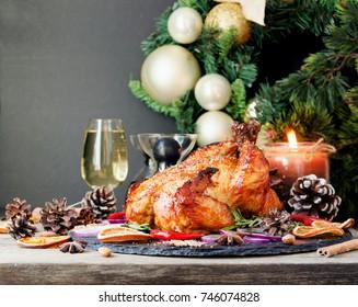 Huhn oder Truthahn zu Weihnachten und Neujahr mit Glühwein und Weihnachtsdekorationen, Platz für Text, selektiver Fokus