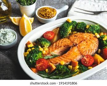rôti, poisson frit, saumon steak, truite avec brocoli et carottes, maïs en pot, vue de dessus