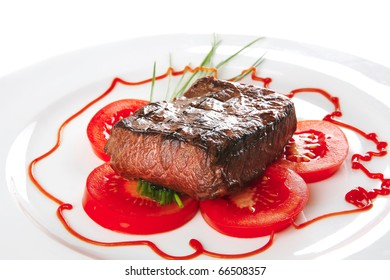 roasted beef meat served with tomato on plate