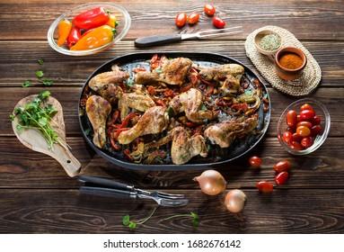 Cuisse de poulet rôtie avec des légumes et des épices.