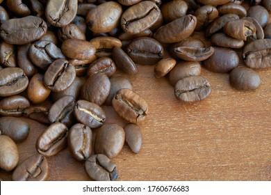 geröstete Kaffeebohnen auf einem Küchentisch