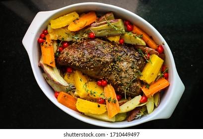 viande rôtie avec légumes, carottes, pommes de terre, thym, coriandre et poivre noir
