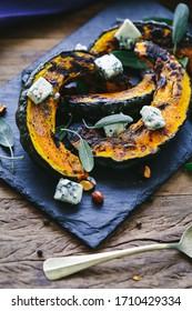 citrouille rôtie, gorgonzola, sauge et amandes sur l'ardoise