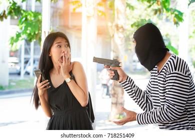 Robber threatened the victim with gun