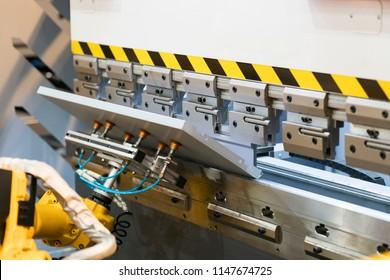 Robot arm bending metal sheet by sheet bending machine, cnc control metal sheet bending machine, high precision and high accuracy metal sheet bending machine