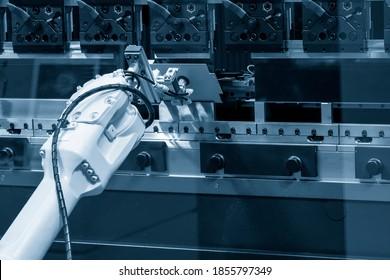 Roboterarmbetrieb bei hydraulischer Biegemaschine. Der hochtechnologische Blechumformungsprozess durch Robotersystem.
