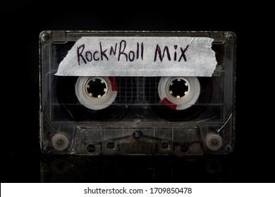 Rock and Roll Mixtape   Rock and Roll Mixtape Kassette mit schwarzem Hintergrund.