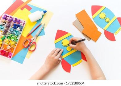 Raketenfahrzeug aus Karton und Papier. Wiederverwertung der Kreativität von Kindern. Do-it-yourself Bleistifthalter.