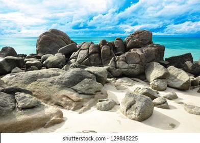 Rochas, mar e céu azul - Lipe island Tailândia