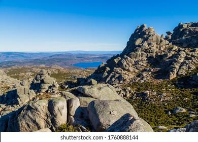 Paysage rocheux avec le lac Long au nord du Portugal, Pitoes das Junias. Parc national portugais de Geres