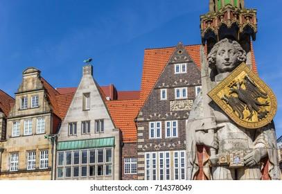 Roland Statue und alte Häuser im Zentrum Bremens, Deutschland