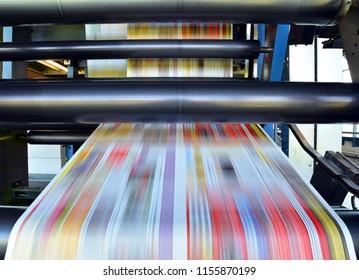 ролл офсетная печатная машина в большом типографическом цехе для производства газет и журналов