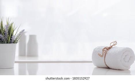Roll of white spa Handtuch mit Hanfseil auf weißem Tisch, Kopienraum.