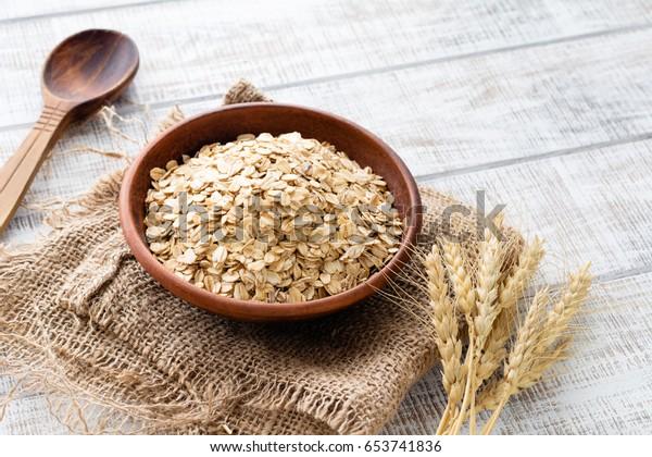 燕麦卷,健康的早餐麦片燕麦片在碗里木桌
