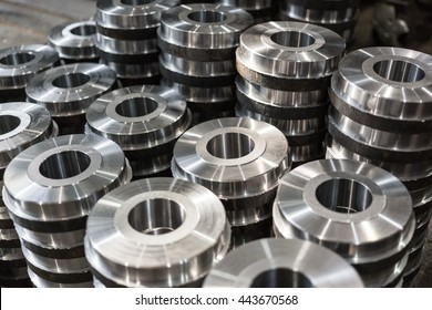 Rollers, rollers, bushings - billet obtained on a lathe from steel and cast iron. Many of the same parts stacked in the shop machine factory. Expect further processing.