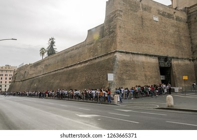 ROMA, ITALY - AUGUST 2018: Queue of tourists to the Vatican Museum