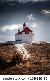 Capilla católica romana en la aldea de Perko Sanzieni, condado de Covasna, Rumania, Transilvania. Un cielo dramático.