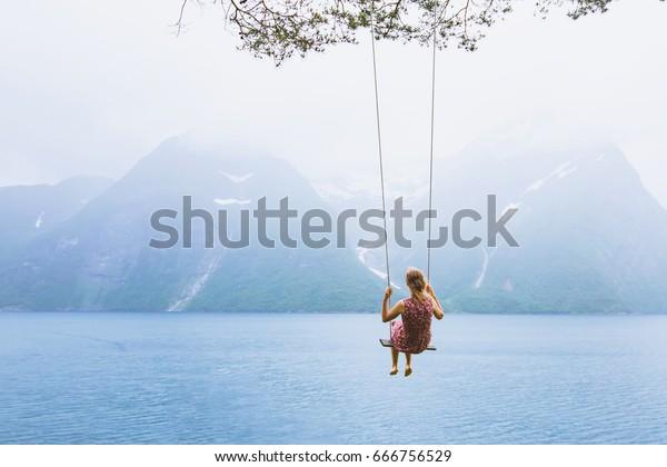 belle fille romantique sur balançoire en Norvège, rêveur heureux, arrière-plan d'inspiration