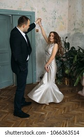 The romantic brides dancing on the dancefloor